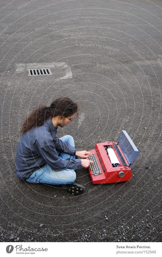 Heute kam ein Brief von einer Frau Mensch Mann Jugendliche rot Einsamkeit Erwachsene Straße Stein sitzen maskulin Junge Frau 18-30 Jahre Papier Kommunizieren