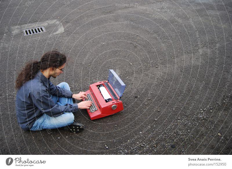 doch ich las ihn nicht Mensch Junger Mann Jugendliche Erwachsene 1 Hemd Jeanshose Stein Kommunizieren schreiben sitzen rot Einsamkeit Schreibmaschine Brief