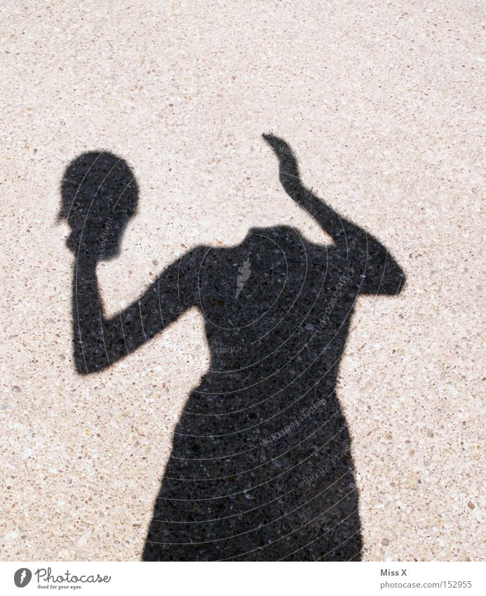 Kopflos Farbfoto Schwarzweißfoto Außenaufnahme Schatten Silhouette Frau Erwachsene Hand Straße Wege & Pfade verrückt skurril Schattenspiel kopflos vergessen