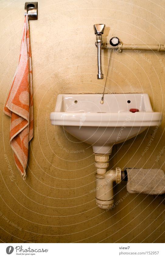 Handwaschbecken Waschbecken Becken Wasser Trinkwasser alt Handtuch einfach bescheiden Toilette Abfluss Leitung Eisenrohr Stahl Detailaufnahme Bad obskur