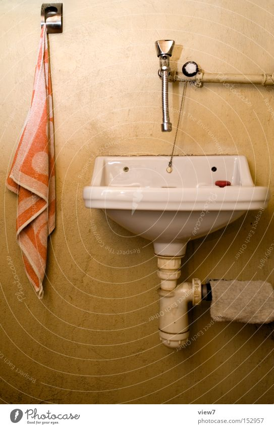 Handwaschbecken Wasser alt Trinkwasser Bad einfach Toilette Stahl obskur Eisenrohr Leitung Abfluss Becken Handtuch Waschbecken bescheiden