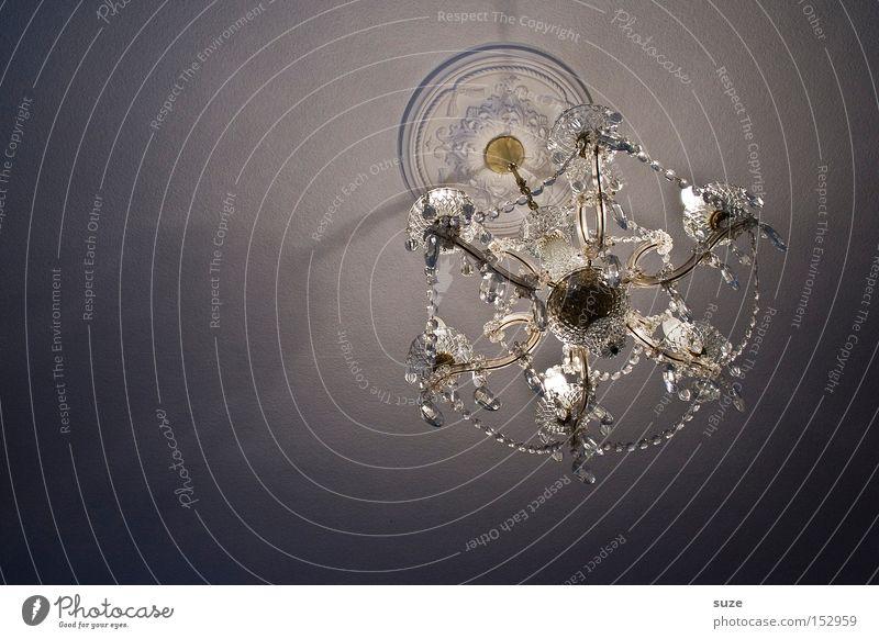 Licht an! Reichtum Lampe glänzend historisch Kronleuchter Kristallstrukturen Decke Leuchter Beleuchtung Barock Königlich edel Innenarchitektur Deckenlampe