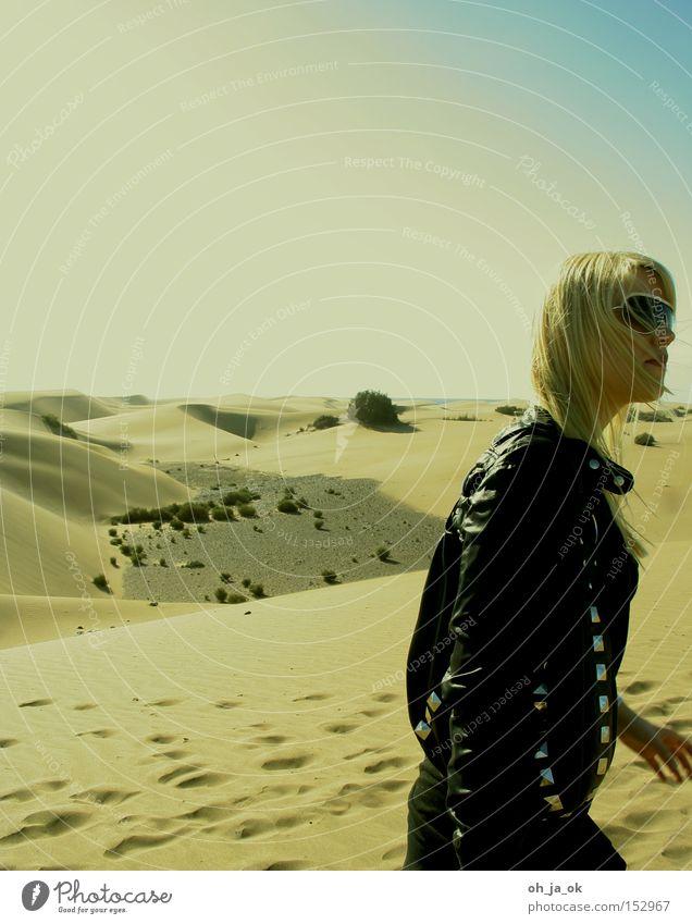 durststrecke Frau Wüste Düne brennen heiß Gran Canaria Sand wandern trocken blond wüstensand Sonnenbrille