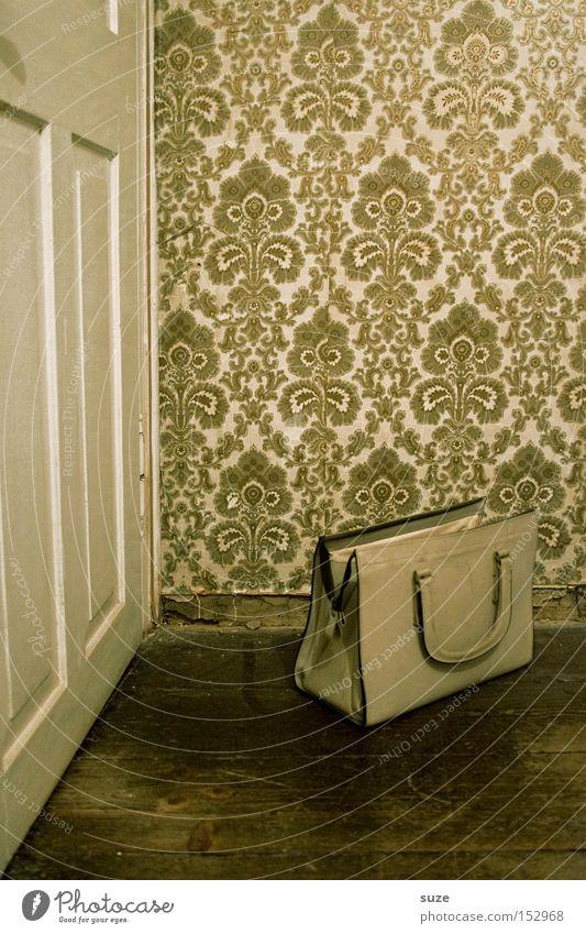 Handetasche Lifestyle Häusliches Leben Wohnung Innenarchitektur Tapete Tür Sammlerstück alt retro verrückt Vergangenheit Handtasche Wand Zone Holzfußboden Flur
