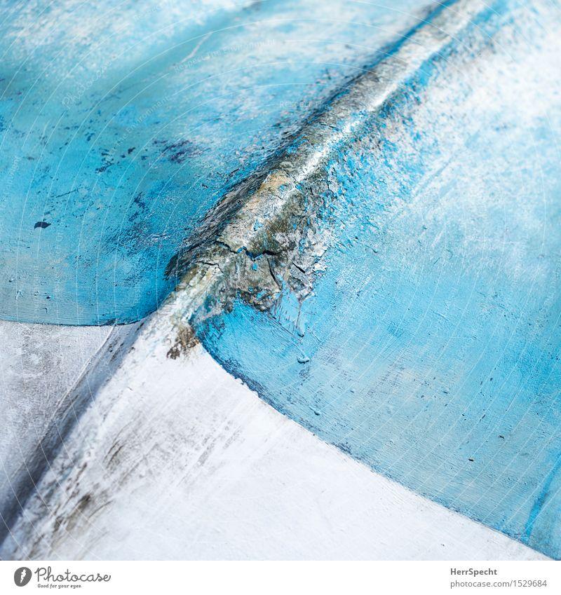 Kiellinie Segelboot Ruderboot Wasserfahrzeug Kunststoff alt blau weiß diagonal kieloben schäbig hell-blau Hintergrundbild Patina altersspuren Farbstoff