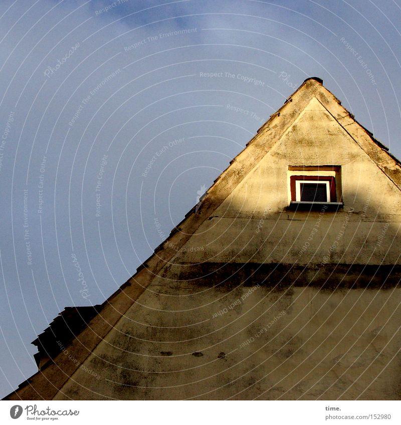 HL08 - Sunny Side Up Haus Fenster Dach oben Dachgiebel diagonal Wand Putz Abendsonne Licht Schatten Sonnenstrahlen Himmel Wolken Sonnenlicht Luke Fassade