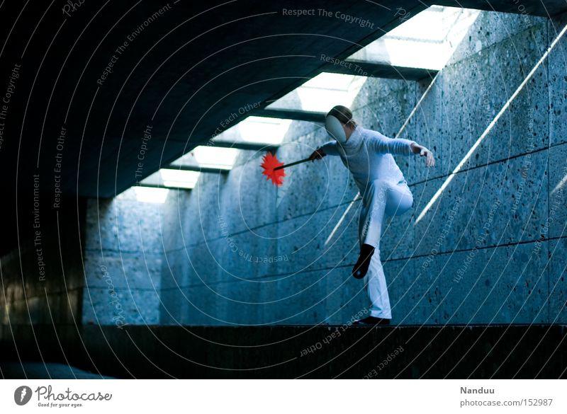 Man könnte springen, muss aber nicht. Mensch Maske stehen Storch Unterführung Tunnel Lichtstrahl Zufriedenheit Gleichgewicht blau Untergrund warten skurril