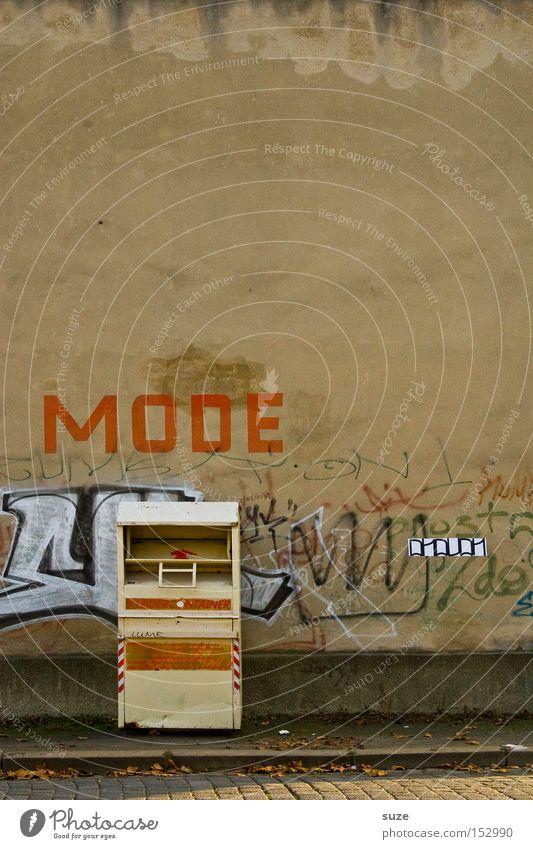 Kleiderschrank Graffiti Wand Mauer lustig Mode Fassade Bekleidung Stoff Fußweg Typographie schäbig Wort Container Haushalt Textilien Straßenkunst