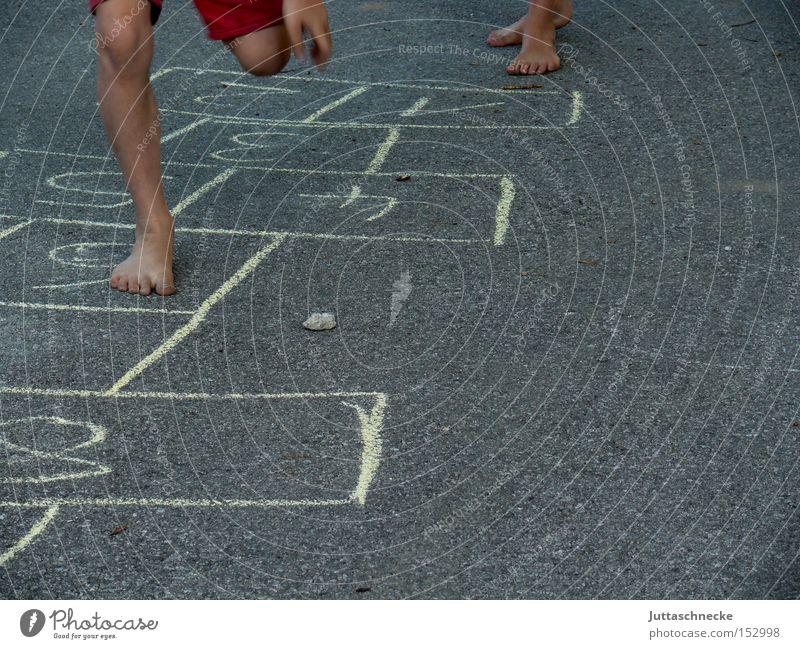 Auf dem Sprung... Kind Freude Spielen springen Beine Asphalt hüpfen Kinderspiel