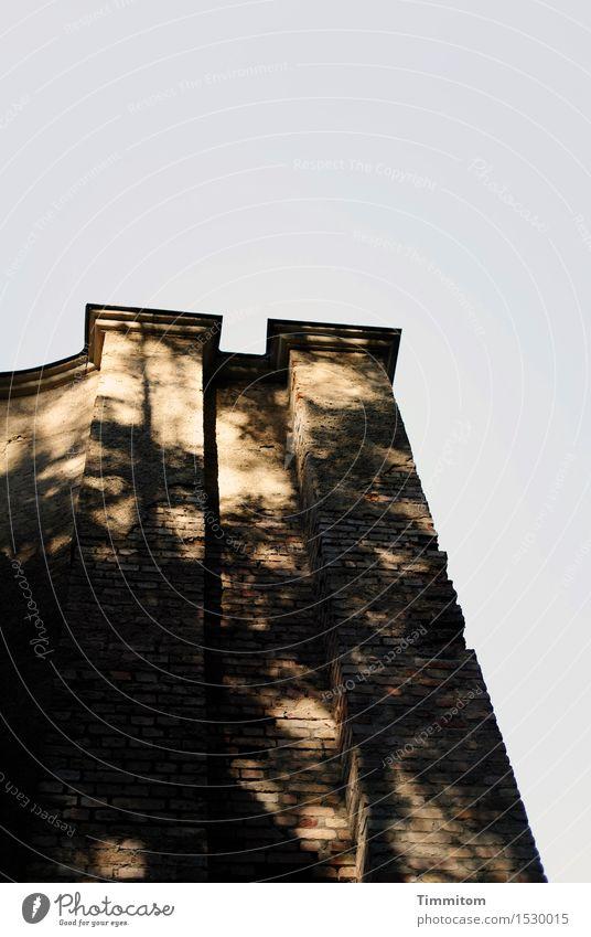 Märchen | Rapunzels Alterssitz Himmel Schönes Wetter Industrieanlage Mauer Wand dunkel hoch braun schwarz ästhetisch Schatten Dach Backsteinfassade Putz