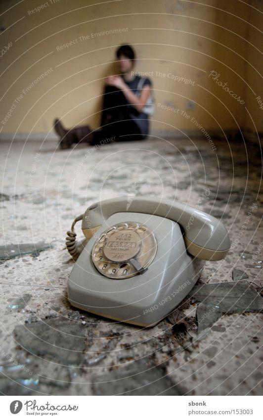 Schweine können nicht telefonieren* Frau alt grau kaputt Telefon Langeweile Telefongespräch beige Scherbe Sepia old-school Mensch Wählscheibe