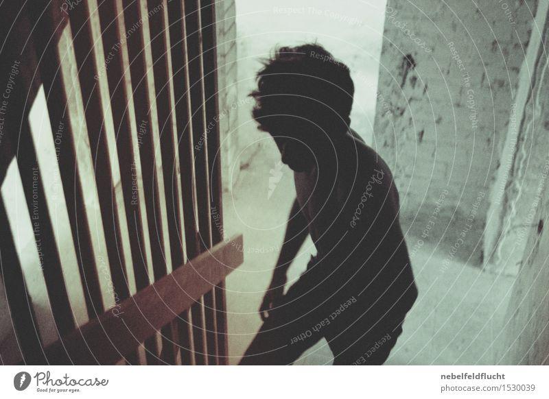 Schattenjunge Mensch Jugendliche Mann Junger Mann 18-30 Jahre Erwachsene Leben außergewöhnlich Haare & Frisuren Kopf gehen maskulin Treppe dreckig Körper trist