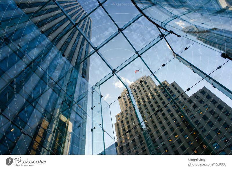 von unten nach oben Himmel blau Glas Hochhaus Fassade Dach Amerika New York City Manhattan graphisch USA Glasdach