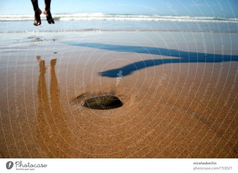 Abheben im Neuen Jahr Meer Sommer Freude Strand Stein Fuß Sand Wellen nass Fröhlichkeit Vergänglichkeit Portugal 2009