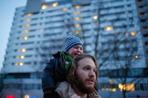 zu viel Lifestyle Ferien & Urlaub & Reisen Mensch Kleinkind Vater Erwachsene 2 Stadt Hauptstadt Hochhaus gehen bedrohlich Wut Gefühle Ärger Berlin Fotografie