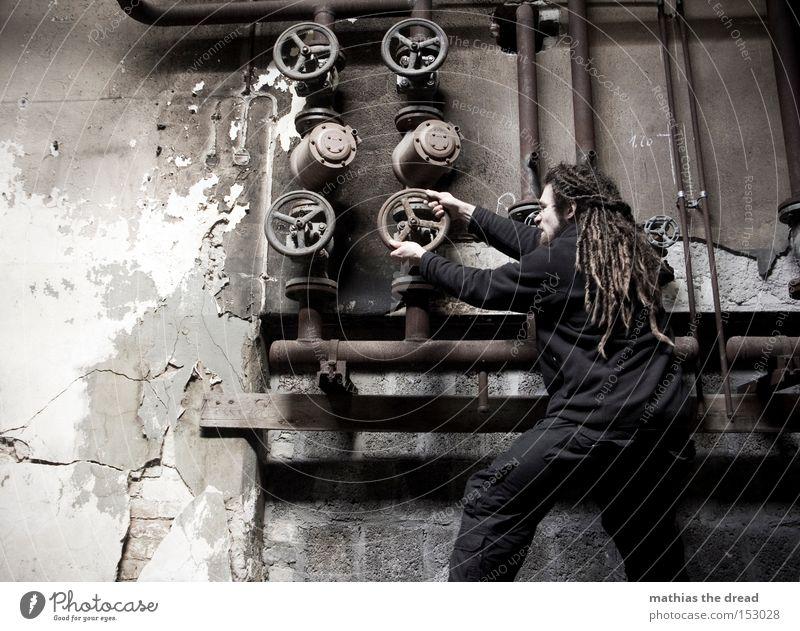 700 - bissel an ne knöppe spielen Mann alt dunkel Wand Kraft dreckig Industrie Industriefotografie Fabrik verfallen Röhren Eisenrohr schäbig drehen anstrengen Leitung