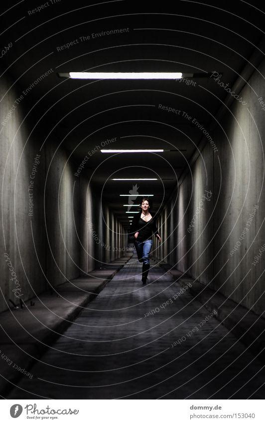 auf ins neue Frau kalt laufen fliegen Beton Geschwindigkeit Luftverkehr Laufsport Jeanshose Unendlichkeit Dame Tunnel