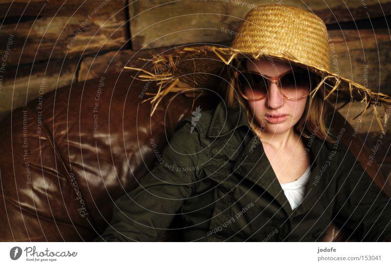 prost neujahr! Frau Mensch Gesicht sitzen Macht Coolness Leder Sonnenbrille Sessel Holzwand Misstrauen Hut Strohhut abgebrüht