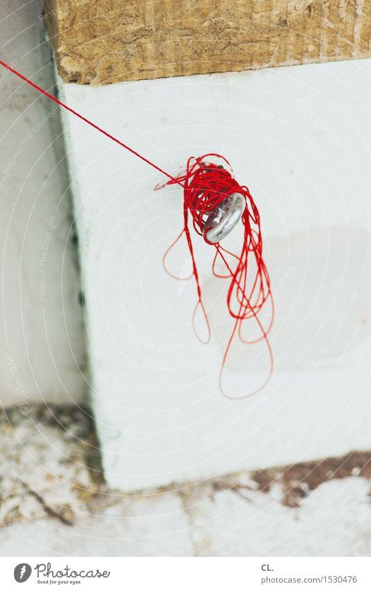 roter faden Hausbau Baustelle Mauer Wand Nähgarn Schnur Haken bauen Farbfoto Außenaufnahme Menschenleer Tag Schwache Tiefenschärfe
