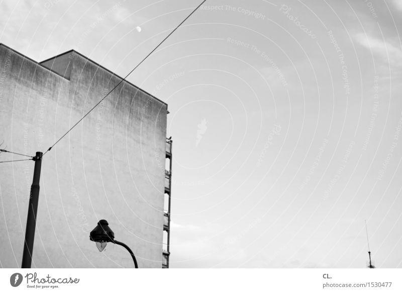 mond Himmel Stadt Haus Mauer Wand Balkon Laterne Straßenbeleuchtung Antenne Schwarzweißfoto Außenaufnahme Menschenleer Textfreiraum rechts Textfreiraum oben