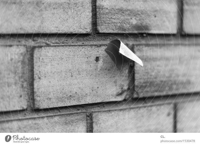 aufkleber Mauer Wand Zettel Etikett Papier Müll dreckig kleben Schwarzweißfoto Außenaufnahme Menschenleer Textfreiraum links Textfreiraum rechts