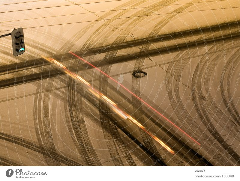 grüne Welle. Straße Schnee Verkehr KFZ Spuren Wege & Pfade Verkehrswege Ampel Nacht Straßenkreuzung Wegkreuzung Verkehrszeichen Winterdienst
