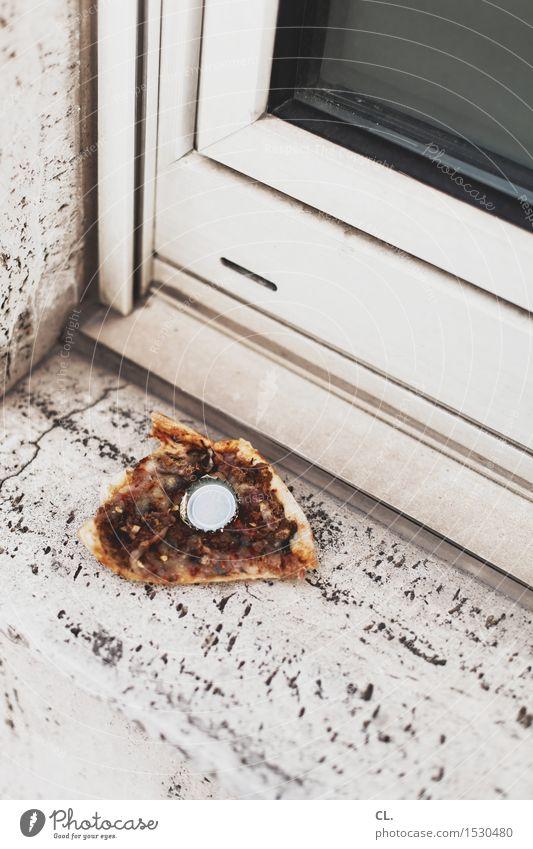 pizza mit bier Lebensmittel Pizza Ernährung Essen Alkohol Bier Fenster Kronkorken dreckig gefräßig verschwenden ungesund Ekel Müllentsorgung Farbfoto