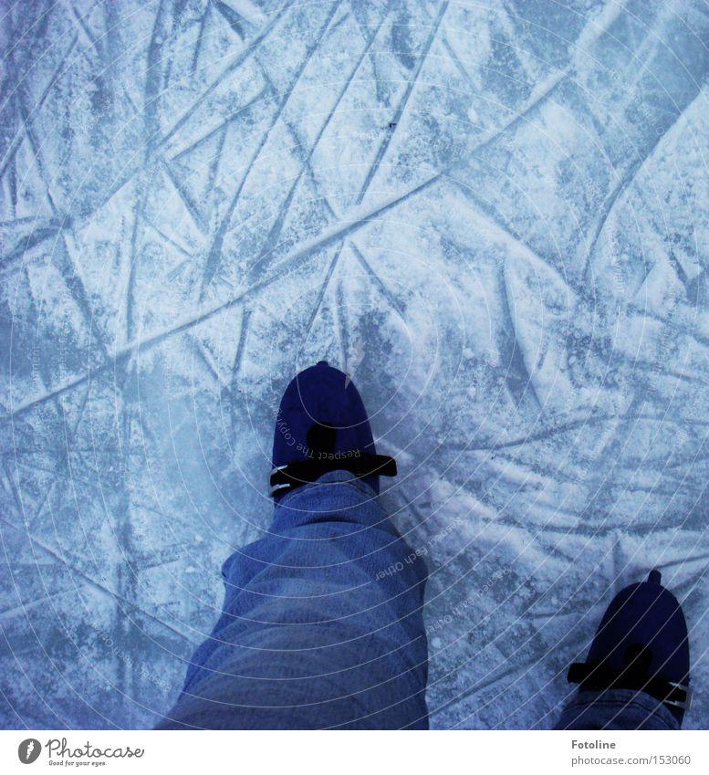Wintervergnügen Eis Schlittschuhe Eisfläche laufen Laufsport Läufer Spuren Schnee kalt Frost Wintersport Freude Sport Spielen Fun