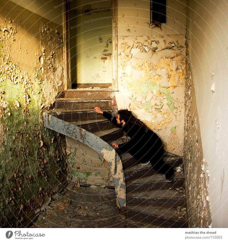 SCHLEICHEKATZE Mann Einsamkeit Farbe Farbstoff Katze Linie Raum dreckig Treppe Vergänglichkeit geheimnisvoll verfallen schäbig Echsen platzen Lichteinfall