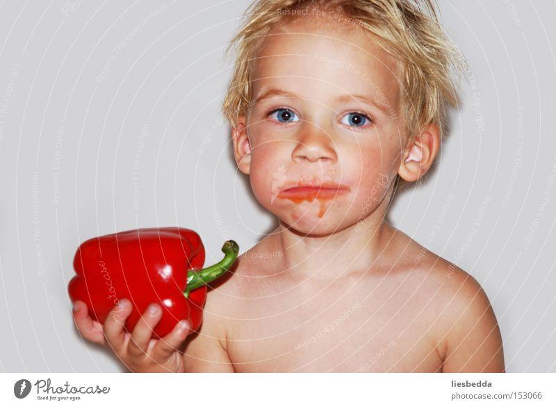 """Am liebstene esse ich """"Pikaka"""" Mensch Kind Natur rot Freude Ernährung Junge Glück Zufriedenheit hell Essen Gemüse Appetit & Hunger genießen Paprika"""
