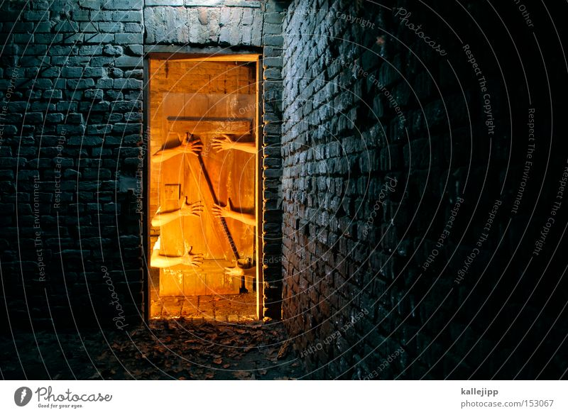come in and find out Hand kalt Wärme Tür gruselig Tor verfallen Backstein Hütte Nacht Eingang Licht Märchen Zauberer Kammer Gastfreundschaft