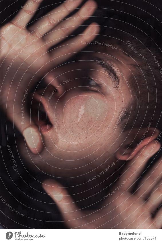 Platznot Platzangst eng erfassen gequetscht platt Gesicht Mann Hand matt Angst Panik zusammengedrückt Verstand