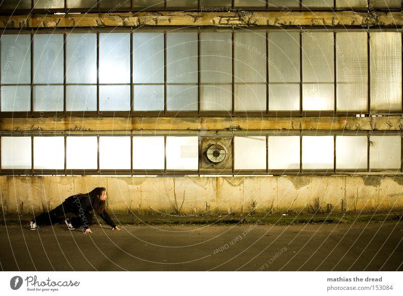 SCHLEICHEKATZE Einsamkeit Farbe Farbstoff schäbig Linie geheimnisvoll schleichen Glasfassade Ventilator Parkhaus Rechteck Straße Fassade Verkehrswege Mann Kraft