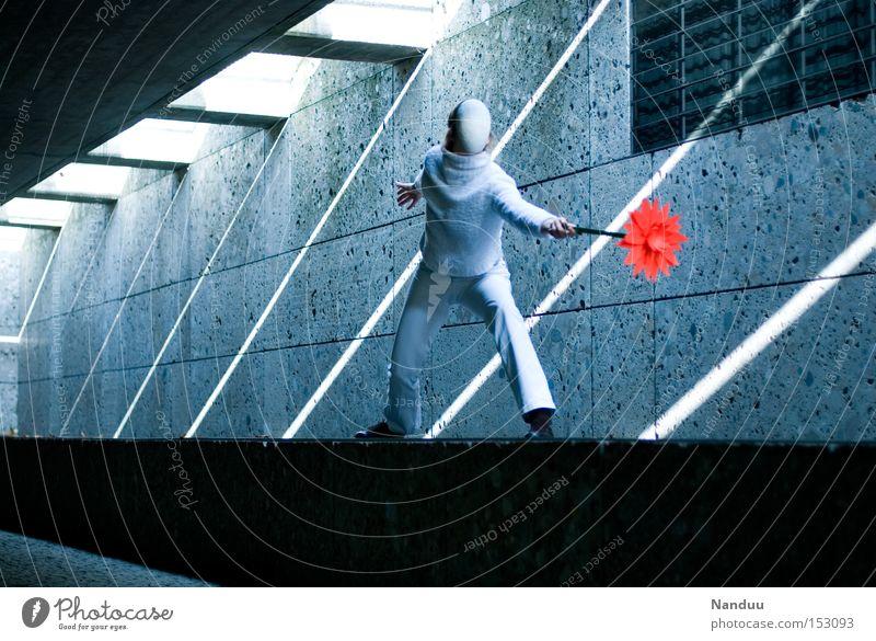 Man könnte kämpfen, muss aber nicht. Mensch blau Spielen grau Tanzen stehen Maske Frieden Tänzer skurril Tunnel kämpfen Untergrund Lichtstrahl Unterführung musisch