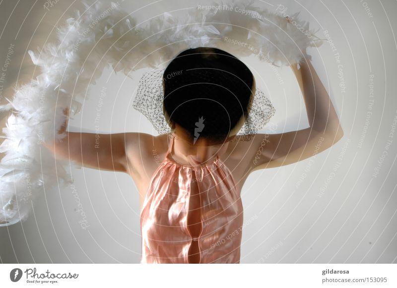Mädchen mit Boa Feder weiß Hut Satin Schleier Schulter Glamour schwarz Haut Alabaster Frau lachsfarben