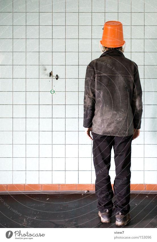im weg stehen. Mann Vertreter Eimer Farbe orange Kopfbedeckung Hut dumm lustig trashig Blick Lederjacke Schauspieler Freude Langeweile