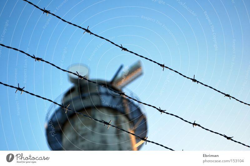 Sperrgebiet Beton geschlossen gefährlich Technik & Technologie Kommunizieren Turm Gipfel Grenze Zaun Funken Überwachung Stacheldraht Sender Stacheldrahtzaun
