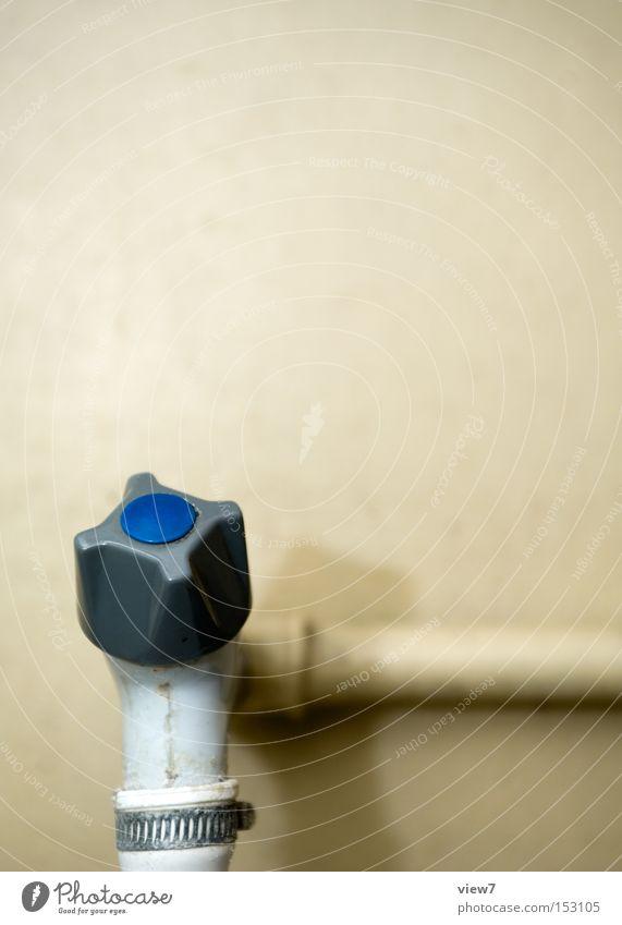 Wasserhahn Wasser alt kalt Wand warten Ordnung Bad Küche obskur DDR Putz Leitung Haushalt Wasserhahn Waschbecken gebraucht
