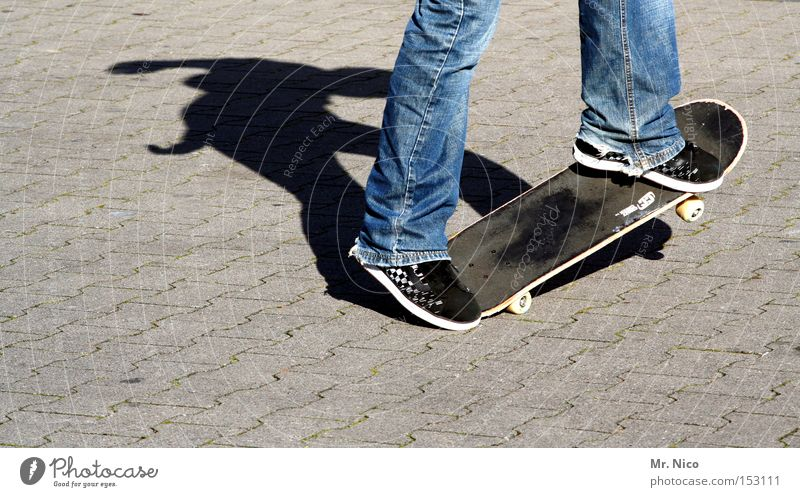 asphaltcowboy *2* Skateboarding Sport Aktion Freizeit & Hobby Asphalt Schatten Zufriedenheit Funsport Spielen street Bewegung fun Jeanshose