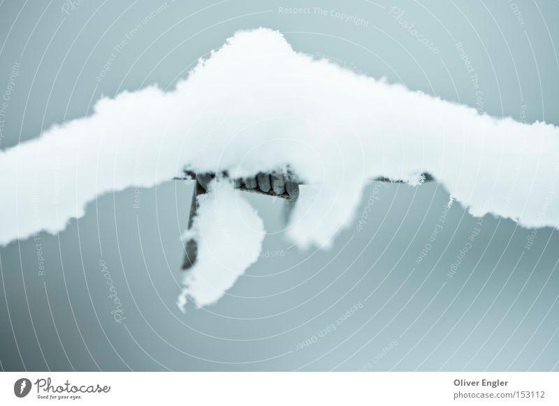 Verborgen im Schnee Zaun Stacheldraht stachelig kalt bedeckt geheimnisvoll verborgen Unschärfe Winter