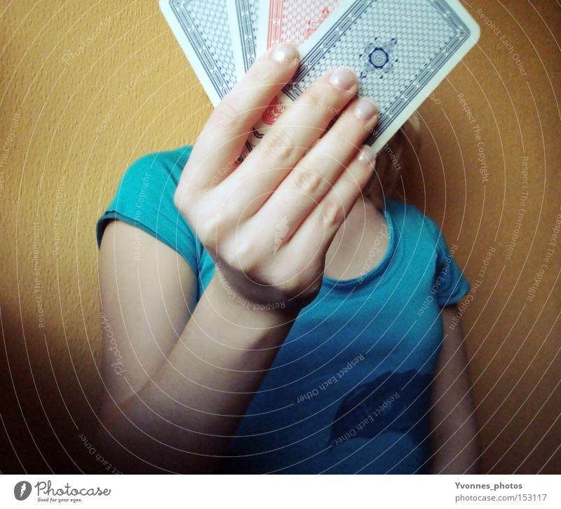 Spielchen spielen. Kartenspiel Spielkarte Glücksspiel Spielkasino Poker Skat Frau Zukunft Hand Entertainment Freude Spielen