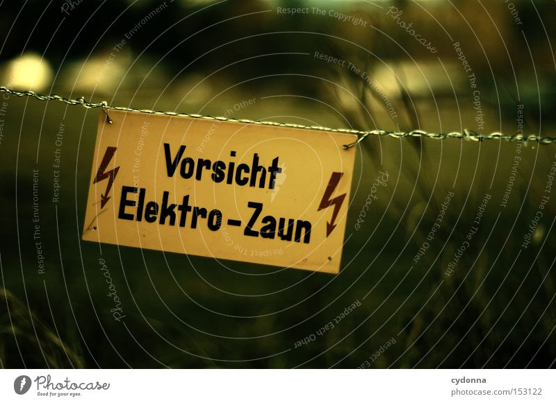 Unter Strom Schilder & Markierungen Symbole & Metaphern Zeichen Hinweisschild Warnhinweis Leitsystem Verständnis Interpretation Kommunizieren Blick Zaun
