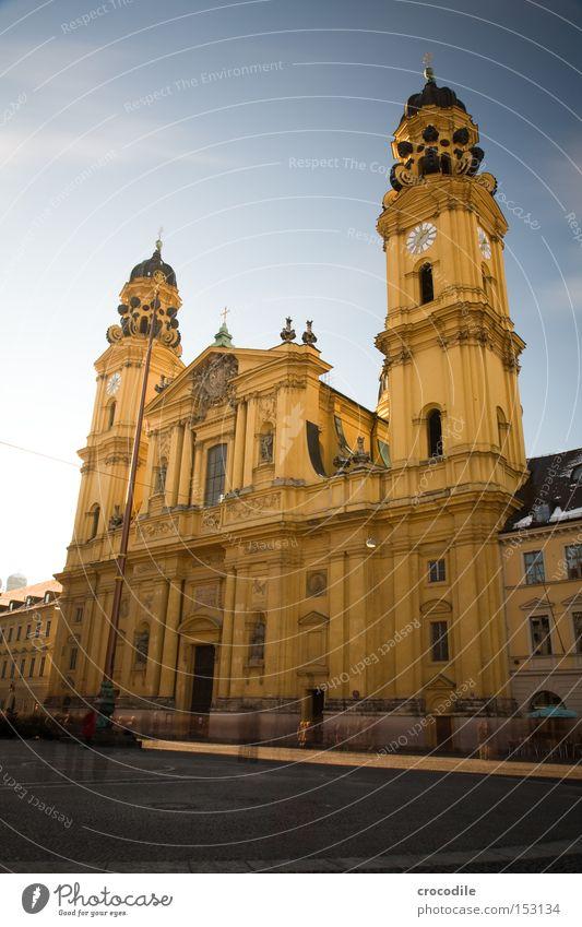 Theatinerkirche München Religion & Glaube Kirche Katholizismus Langzeitbelichtung Uhr Turm gelb Platz Spätbarock Feldherrenhalle Gotteshäuser Religion u. Glaube