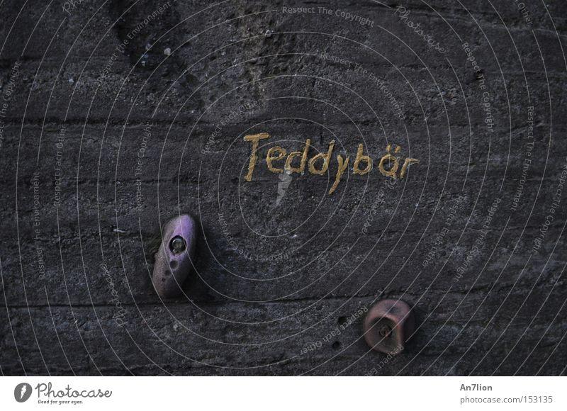 Teddybär Mauer Wort Buchstaben grau Ocker Kletterwand Duisburg Schriftzeichen