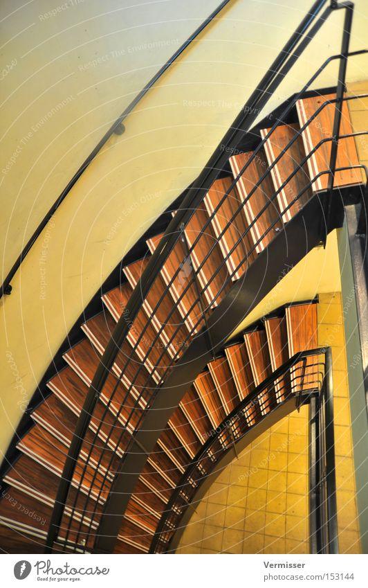Treppab. schwarz gelb Farbe Holz braun Metall Verkehr Treppe Flur aufsteigen Treppenhaus Abstieg