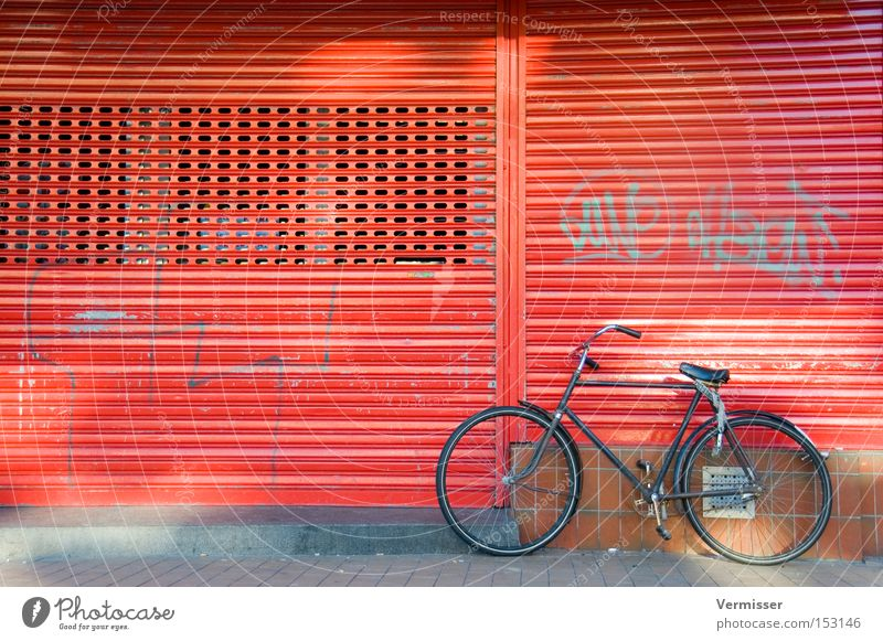 Fiets, alsjeblieft. schön rot Winter schwarz Graffiti Fahrrad Metall Fassade Bürgersteig Verkehrswege parken Niederlande Lamelle Lamellenjalousie