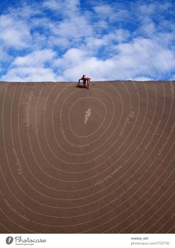 a girl is running up the Hill Sand Düne Stranddüne Ferien & Urlaub & Reisen Spanien Gran Canaria Himmel Frau Sandburg Berge u. Gebirge Klettern Hügel Wüste