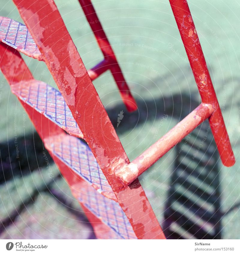 36 [helter skelter] alt rot Spielen Bildung Verfall Leiter Sportveranstaltung Konkurrenz Spielplatz aufsteigen Abstieg Schlaglicht Schlagschatten