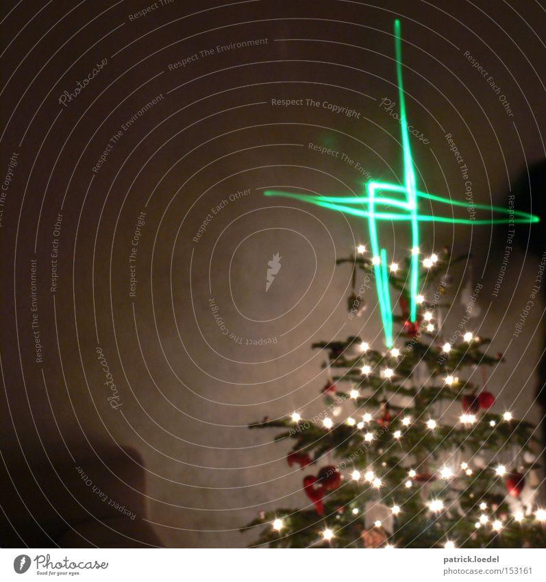 Geist der vergangenen Weihnacht Mensch Weihnachten & Advent Baum Freude Religion & Glaube Zusammensein Stern (Symbol) Frieden Weihnachtsbaum Kitsch Kindheit Christliches Kreuz Kreuz Geister u. Gespenster Erwartung