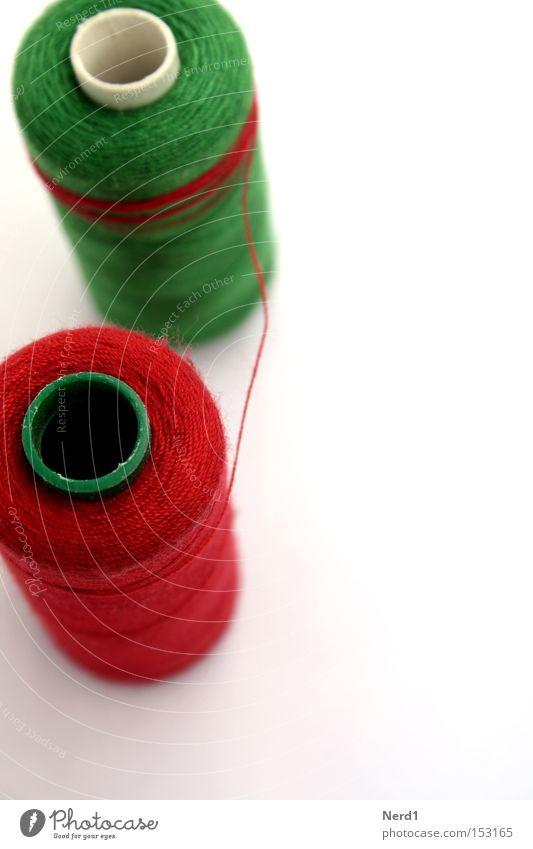 Umgarnen Nähgarn grün rot weiß Nähen Farbe Stoff Material Schnur Makroaufnahme Rolle gerollt Objektfotografie Vor hellem Hintergrund Freisteller